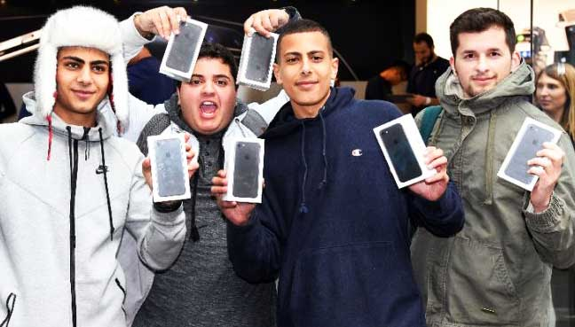 iPhone-launch-generates-crowds,-queues-worldwide