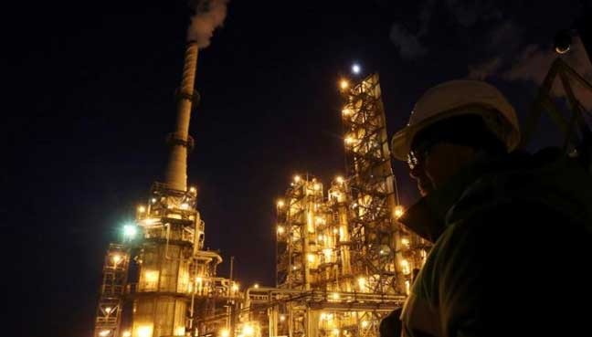 Oil extends gains after Russia, Saudi Arabia sign pact