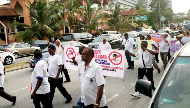 Taxi drivers march in KL, demand Najib outlaw Uber, Grab