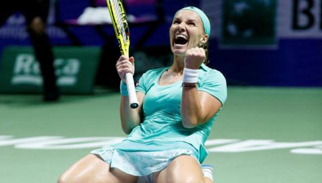 Kuznetsova loses to Muguruza, still wins group at WTA Finals