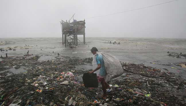 thousands flee as typhoon smashes into philippines free. Black Bedroom Furniture Sets. Home Design Ideas