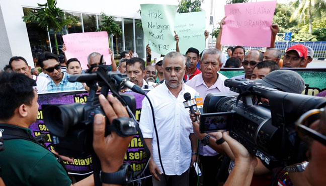 Penang Fishermen's Association Nazri Ahmad (centre) says the community is unclear about their future in the Penang South Reclamation project.