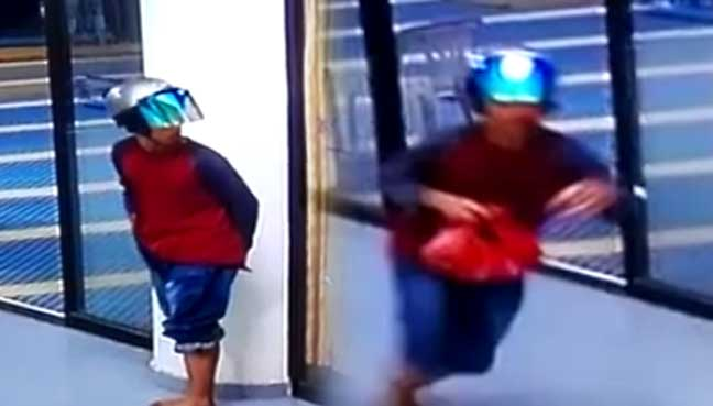 Man steals lady's handbag in mosque