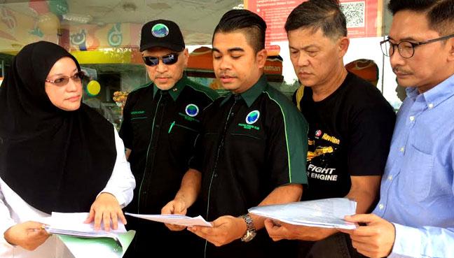 Seorang daripada pengusaha terjejas, Fauziah Ahmad Fadzil bersama wakil PPIM pada sidang media di stesen minyak Caltex miliknya di Jalan Subang, Shah Alam.