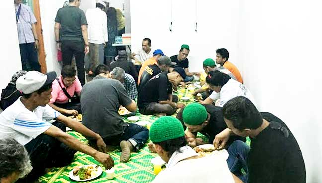 "Drug users break fast during the ""TN50 My Inspiration: Voices from the Street"" dialogue"