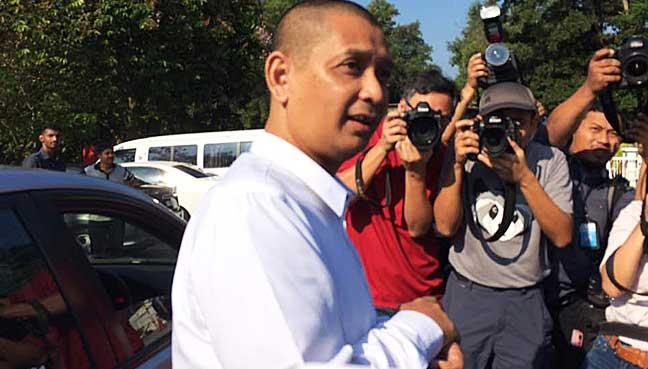 Timbalan pendakwa raya, Iskandar Ahmad menemui wartawan di luar Penjara Wanita Kajang.