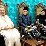 Rached Ghannouchi (2 dari kiri) bercakap kepada media, dengan terjemahan ke bahasa Melayu oleh Datuk Nasharudin Mat Isa.