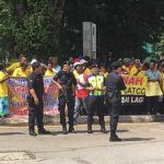 Bukit Aman police keeping a close watch on Gatco settlers outside the police headquarters here today.