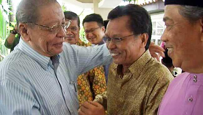 (From left) DAP adviser Lim Kit Siang, Parti Warisan Sabah president Shafie Apdal and Parti Pribumi Bersatu Sabah (PPBM) president Muhyiddin Yassin sharing a light moment at the latter's Hari Raya open house here today.