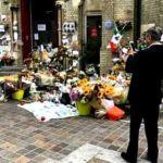 Tun Dr Mahathir Mohamad mengambil gambar jambangan bunga di luar Grenfell Tower, London, yang musnah terbakar bulan lalu. (Gambar Facebook Kelab Che Det)
