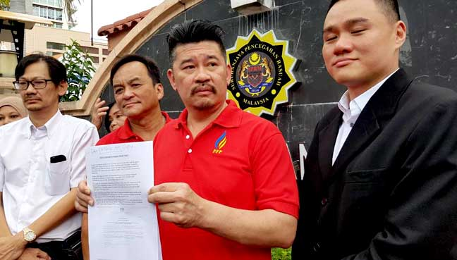 Penang Front Party president Patrick Ooi (second from right) lodging a report at the state MACC headquarters over Penang's EBA awards here today.