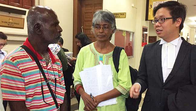 Lawyer New Sin Yew (right) explaining the High Court judgement to lorry driver Maniam Subramaniam (left). In the middle is PSM central committee member Rani Rasiah.