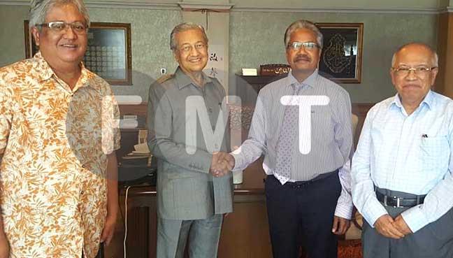 Tun Dr Mahathir Mohamad bersalaman dengan P. Waythamoorthy di Putrajaya hari ini. Turut sama ialah Datuk Zaid Ibrahim dan Tan Sri Sanusi Junid.