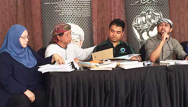(From left) Former Caltex operators Fauziah Ahmad Fadzil and Fadzilah Abdul Hamid, lawyer Hishamuddin Hashim and special unit action director of the Muslim Consumers Association of Malaysia (PPIM) Yusuf Azmi at the press conference.