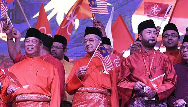 Tun Dr Mahathir Mohamad bersama Tan Sri Muhyiddin Yassin (kiri) dan Datuk Seri Mukhriz Mahathir pada sambutan ulang tahun pertama PPBM di Muar, Johor.
