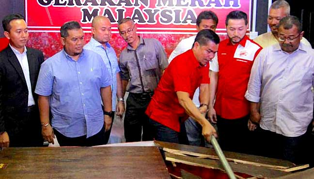Jamal smashing a sledgehammer into a table as a warning to the Selangor government to take action to shut down gambling dens.