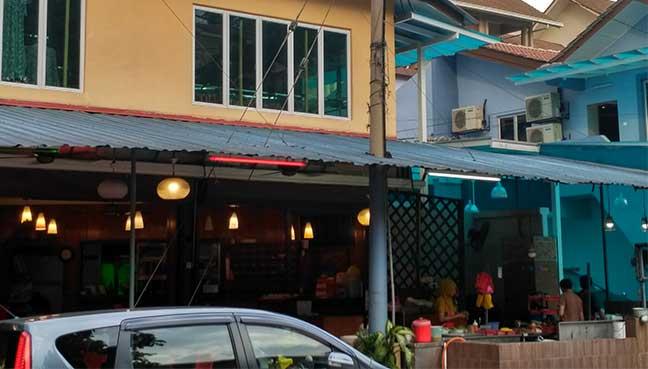 Sebatang tiang elektrik berdekatan sebuah restoran berhampiran dengan sekolah tahfiz baharu, yang menurut penduduk adalah risiko kebakaran.