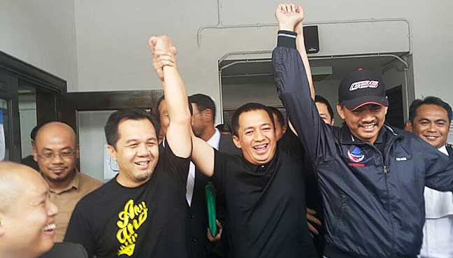 WarisanYouth chief Azis Jamman (wearing black cap) pictured outside the Magistrate's Court in Kota Kinabalu.