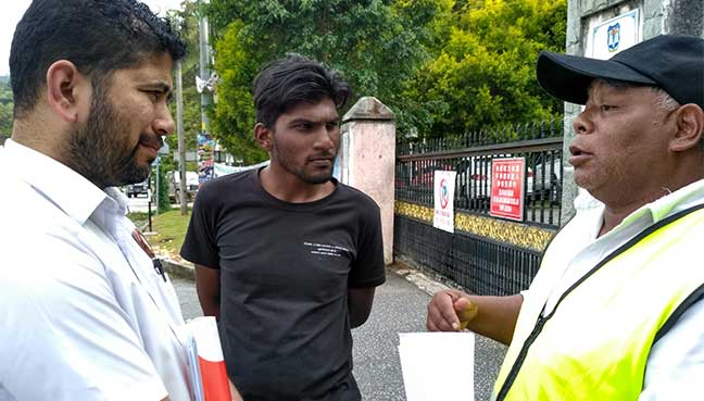 Penduduk Orang Asli Cameron Highlands, Ismail Garak (kanan) bersama aktivis PSM, B Suresh dan Yoga Tasan Ramis.
