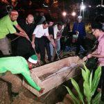 Ahli kariah masjid dan beberapa pemuda memakai baju PAS turut serta dalam pengebumian jenazah Kassim Ahmad, Selasa lalu.