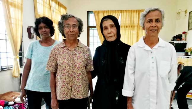 Kassim's former friends from Bukit Gelugor paying their condolences at his home today. With them is his wife Shariffah Fawziah Syed Yussoff Alsagoff, 79. (Second from right)