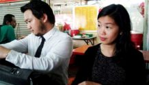 Lim Yi Wei (kanan) dan peguam bercakap kepada pemberita selepas polis merakam keterangannya.