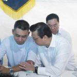 Presiden MCA, Datuk Seri Liow Tiong Lai (dua dari kanan) menenangkan Lim Swee Bok.