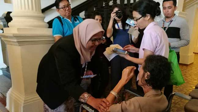Penang Island City Council mayor Maimunah Mohd Sharif greeting Teoh, 72. Teoh and her daughter Eunice Ooi were made to wait by the curbside after their car was clamped on the disabled lot.