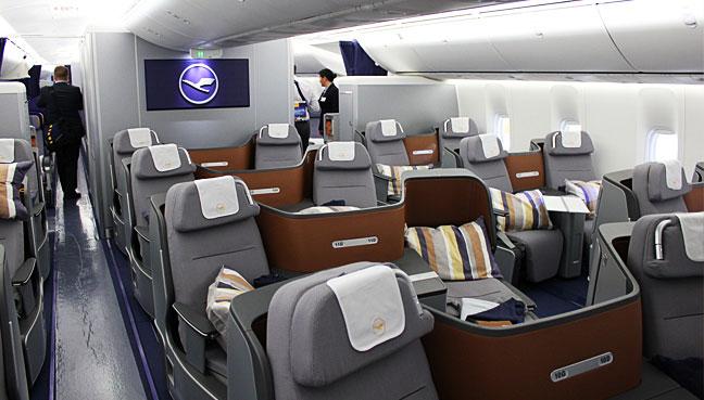 """""""汉莎航空公司""""将于2020年在波音777-9客机上推出,新的座椅可以伸展到长达220厘米(87英寸),带有一个特殊的靠背,让肩膀沉入乘客喜欢睡在他们的侧坐垫</p> <p>当他们不睡觉时,座位的设计提供了两倍于标准的座位空间,而座位配置本身的设计使得商务舱的所有乘客都可以进入通道</p> <p>新的数字接口意味着传单将能够使用他们的个人设备来控制座位功能和机上娱乐系统</p> <p>德国汉莎航空公司是最新一家推出新型更新现代化客舱设施的航空公司。</p> <p>一些最新鲜的新推出包括新加坡航空公司和其新的私人公寓,其中包括倾斜的转椅,全尺寸的衣柜和全平面双人床</p> <p>本月早些时候,阿联酋航空还公布了其波音777的重新设计,采用梅赛德斯 – 奔驰设计的私人套间和采用美国航空航天局启发技术的""""零重力""""真皮座椅,给人一种失重的感觉</p> <p> </p> <div> <p><img loading="""