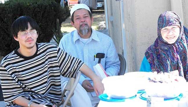 Salahuddin bersama ibu bapanya.