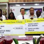 Lim Guan Eng menyampaikan sumbangan cek kepada SKJ (T) Mak Mandin yang menyebabkan pertukaran guru besarnya baru-baru ini.
