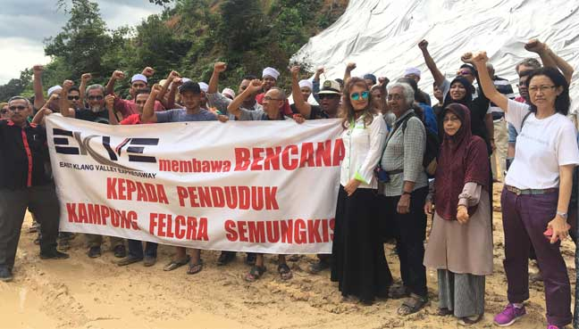 Residents of Kampung Felcra, Sungai Semungkis, protesting the highway project which has caused floods and mudflows.