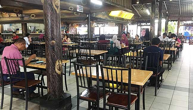 Keadaan di restoran yang tidak banyak pengunjung ini berbeza dengan keadaan sibuk ketika diskaun 50% ditawarkan kepada penumpang MRT.