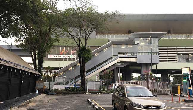 Stesen MRT Stadium Kajang yang terletak hanya 5 minit perjalanan dari Restoran Hj Samuri.