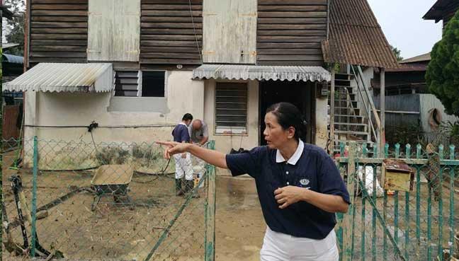 A Tzu Chi Foundation member coordinating efforts at Kg Shaik Madar.