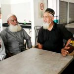 Ahmad Ansari Abdul Jabbar (dua dari kanan) dan Mohamed Kassim (dua dari kiri) berkongsi pengalaman di Lapangan Terbang Antarabangsa Chennai, hujung minggu lalu. Bersama mereka ialah Presiden Persatuan Muslim Tanjung Pulau Pinang, Nasir Mohideen (kanan) dan adik Ansari, Hamid Sultan (kiri).