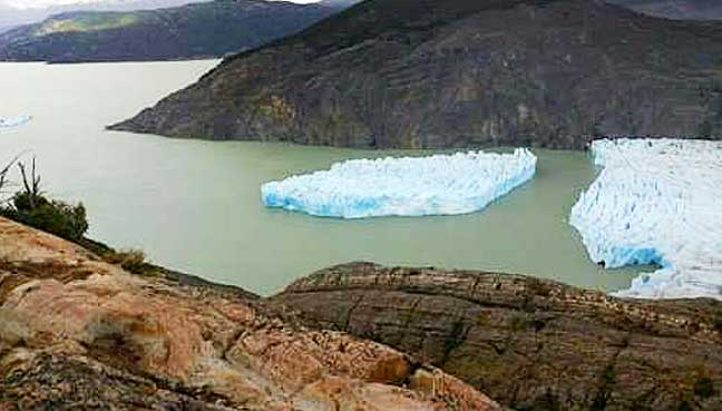 Southern-Chile-iceberg-splits-from-glacier