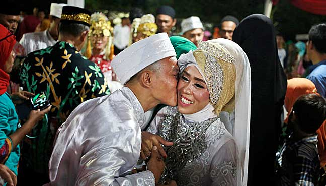 Indonesians celebrate New Year with mass wedding