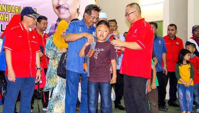Musa presents bags, stationery to 350 Sandakan pupils ...