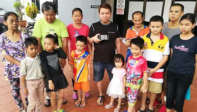 Loh Wei Hun (barisan belakang, 4 dari kiri) bersama ibu bapanya dan 7 kanak-kanak tanpa kerakyatan lain yang diminta menunjukkan pasport untuk mendaftar ke sekolah.