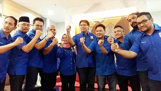 Yamani Hafez Musa (centre) with Sabah BN Youth wing leaders.