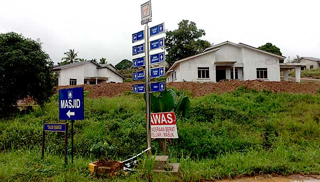 200 km dari jalan semarak keresahan di sebuah penempatan for Maran house