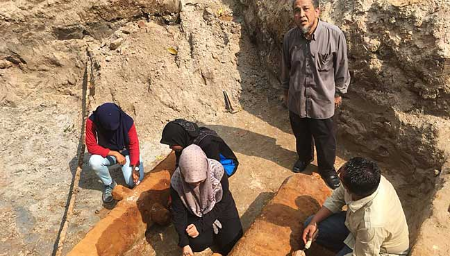 Chief archaeologist Prof Mohd Mokhtar Saidin (standing) giving a briefing on the discovery of the two cannons at Fort Cornwallis. With him are his excavation team members.