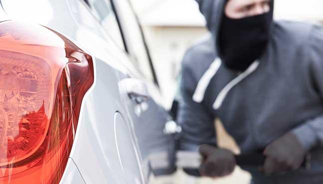 "car-stealing-malaysia-1""width =""648""height =""369""&gt; PETALING JAYA:Proton Wira,Toyota Hilux和Perodua Kancil根据马来西亚综合保险协会(PIAM)提供的数据,豪华MPV丰田Vellfire在盗窃频率方面位居榜首,这是车辆盗贼最喜爱的车型。</p> <p>然而,PIAM表示,去年汽车盗窃案下降23%,从2016年所有车型的20,005辆降至15,323辆,据马来西亚储备基金报道</p> <p><p>商业日报表示,保险公司每天支付1470万令吉赔偿财产损失,人身伤害和盗窃索赔</p> <p>整体索赔净值比率由二零一六年的54.5%上升至二零一七年的57.5%,意即每增加一令吉,该行业就索赔支付57.5仙。</p> <p>该行业的保险利润同比下降31.3%至10亿令吉,相比2016年的15.3亿令吉。</p> <p>摩托车及医疗及健康保险类别录得亏损分别为3亿5000万令吉及3千4百万令吉,而其他类别去年则保持盈利</p> <p>报告称PIAM将面临充满挑战的一年,它将加强沟通和提高认识的努力,以使保险更贴近人们,包括宣传和推广计划。</p> <p><p>与此同时,PIAM表示将与当局一起减少全国的道路交通事故。截至2017年9月,400,788起交通事故造成5,083人死亡</p> <p> PIAM将2018年国家道路交通事故减少20%,2020年后减少50%</p> <p> PIAM主席安东尼李说,意识是行业的一大问题</p> <p>他说购买人身意外保险的人数有所下降</p> <p>""汽车保险是强制性的,但是如果我们看一下个人事故,例如,马来西亚航空委员会推出选择性裁决后,旅行保险实际上会缩小。</p> <p><p>他补充说:""购买旅游保险的人数已经下降了很多,只有20%的马来西亚人为个人事故提供保险</p> <p>李先生还挑选了不到5%的购买率的汽车的洪水保险</p> <p>最大的两个类别 &#8211; 汽车和火灾保险 &#8211; 去年都录得增长,但受海上航空和过境(MAT)和个人意外保险两位数的下降影响。</p> <p>汽车保险的最大部分仅增长了1.9%,达到73.2亿令吉的GWP,使其市场份额达到47.1%。</p> <p>同时,第二大类火灾保险录得4.2%的增长,达到34.1亿令吉,市场份额为19.3%。</p> <p>医疗和健康保险增长7.1%,保费达到11亿令吉,而债券,负债,工程和工人赔偿等杂项增长0.2%,总额为23.5亿令吉。</p> <p> MAT和人身意外险分别拖累该行业14.6%至13.4亿令吉及12.6%至11.3亿令吉的跌幅。</p> <p>根据马来西亚储备局的数据,PIAM将MAT的下降与去年疲软的石油和天然气部门联系起来</p> <div> <center></p> <p></center><br /> <br /> <center></p> <p><img height="
