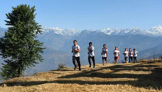 BUDDHIST-MONKS-RUNNING-NEPAL-HILLS-AWARENESS-AFP-PCI