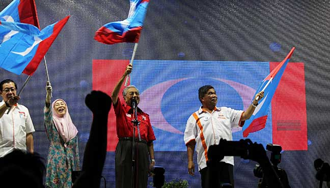 ge14-pkr-members-protest-over-mahathir-s-use-of-party-logo