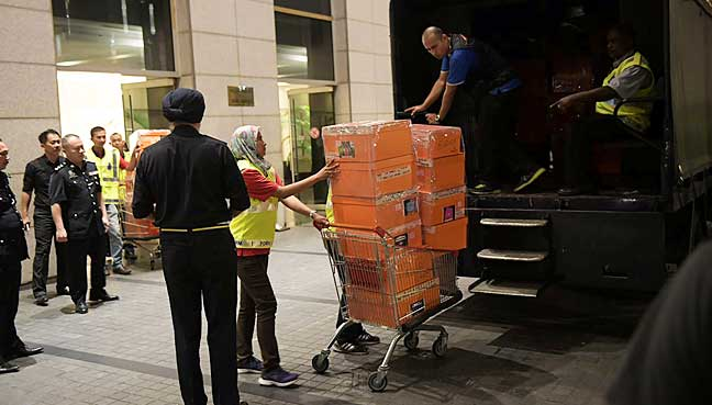 FMT-Najib-kotak-box-Reuters.jpg