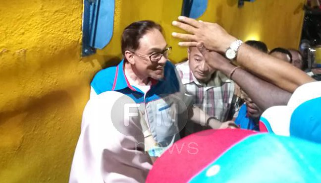 PKR de facto leader Anwar Ibrahim and his wife Dr Wan Azizah Wan Ismail were swarmed by supporters upon arriving at Padang Timur tonight