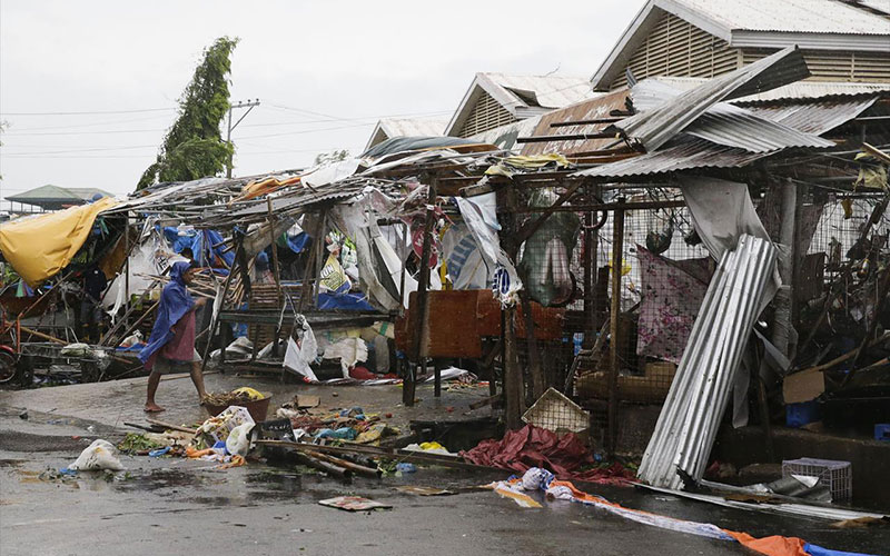typhoon kills 12 in philippines heads to southern china. Black Bedroom Furniture Sets. Home Design Ideas