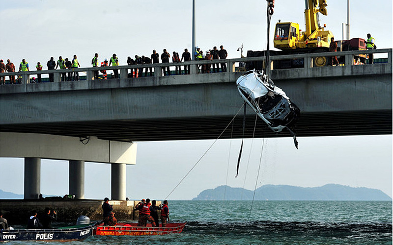 suv-hoisted-out-of-sea-off-penang-bridge